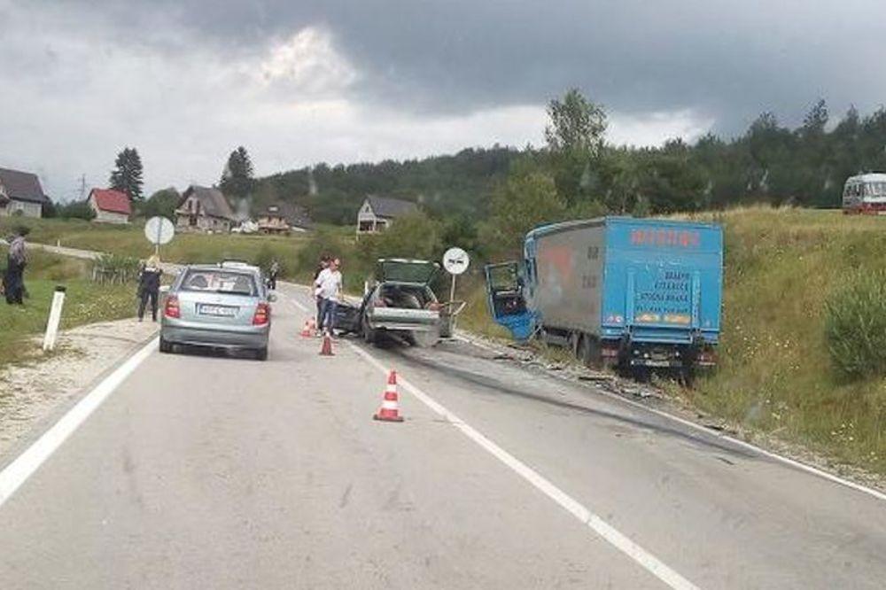 (FOTO) TRAGEDIJA KOD BUGOJNA: Poginuli otac i sin u sudaru s kamionom!