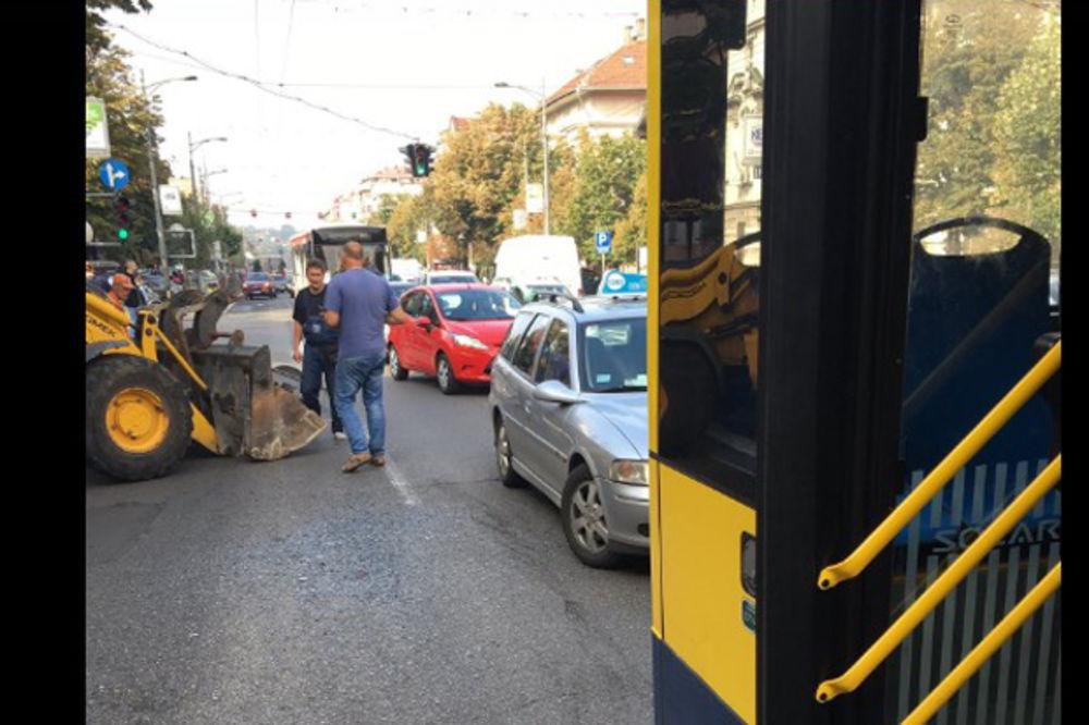 (FOTO) KUD ĆE MAŠINA USRED ŠPICA: Bager udario u autobus 23 nasred Kneza Miloša