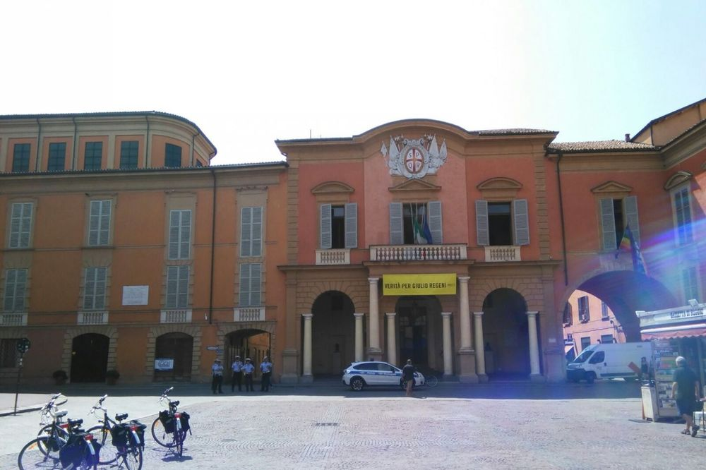 (KURIR TV) DELIJE POD PRISMOTROM: Italijani kamionima gradske čistoće blokirali prilaze Trgu