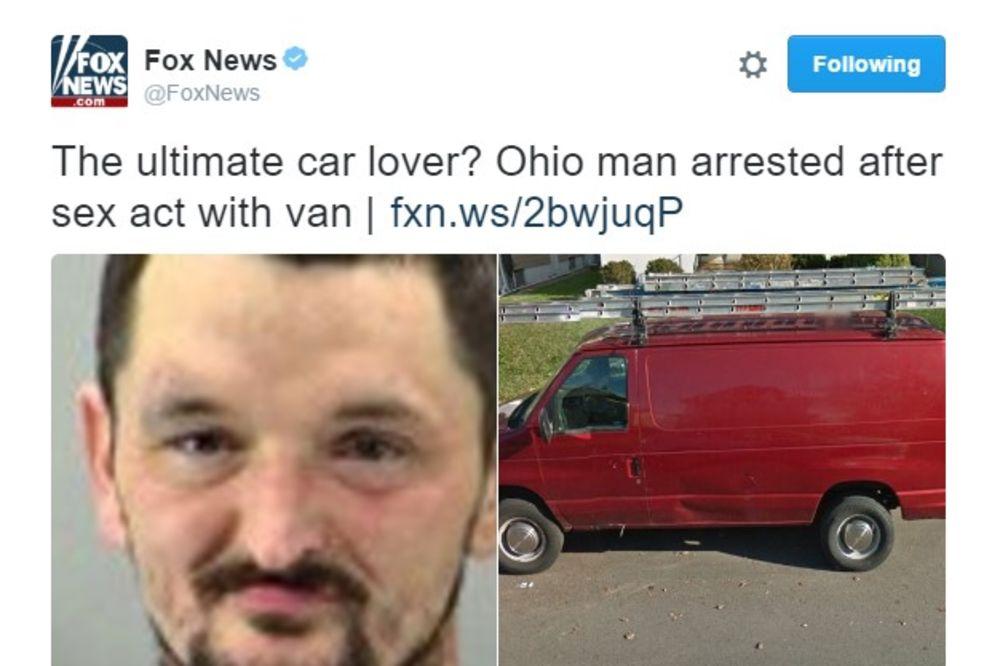 IMAO SEKS SA KOMBIJEM: Uhapsili čoveka koji je bludničio sa automobilom nasred ulice