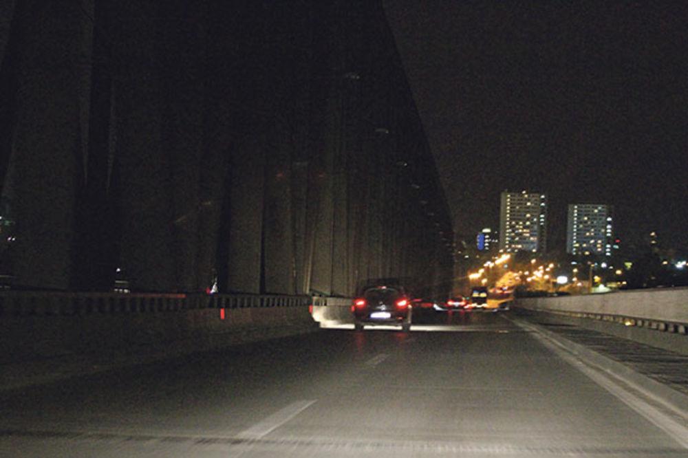 RANJEN U GRUDI: Teško povređeni muškarac pronađen u automobilu na Pančevačkom mostu