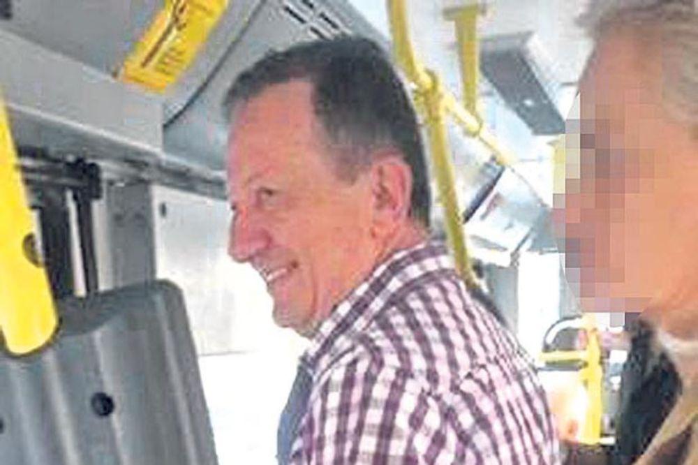 PAPARACO: Žika Seljak se švercuje u busu!