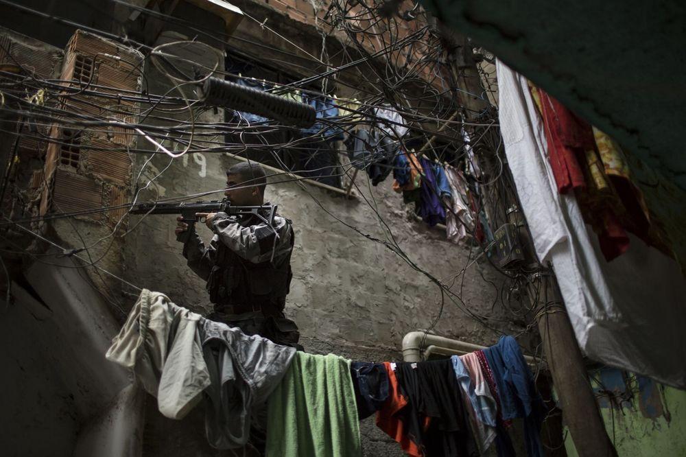(VIDEO) DECA UBIJAJU I DILUJU DROGU DA BI PREŽIVELA Ovako izgleda pakao mafije u brazilskim favelama