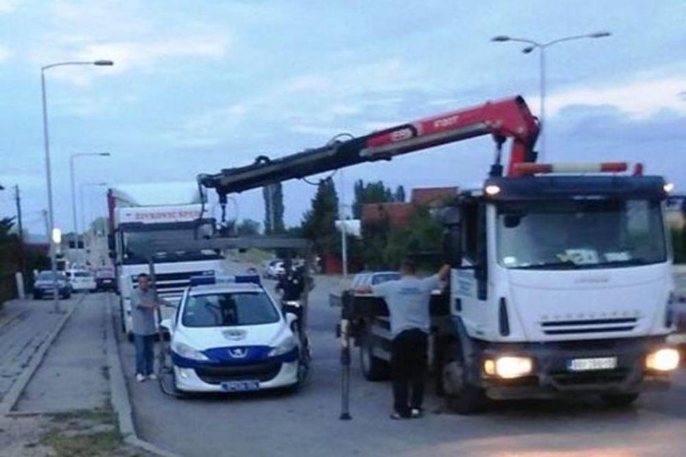 (FOTO) SCENA KOJA SE NE VIĐA ČESTO: Pauk u Leskovcu pokupio policijski auto