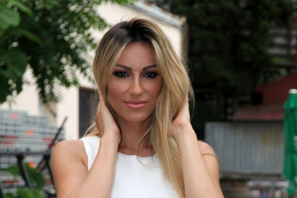 RADA MANOJLOVIĆ IMALA UDES: Pevačica doživela saobraćajnu nesreću