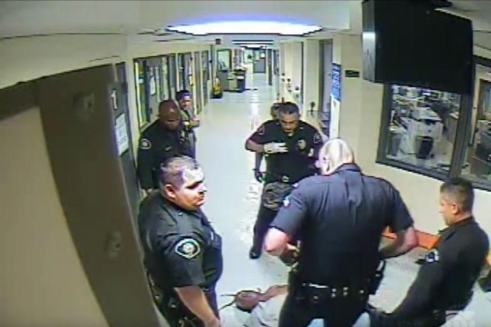 (UZNEMIRUJUĆI VIDEO) NEVIĐENA BRUTALNOST POLICIJE Elektrošokeri, batine, davljenje dok ga nisu ubili
