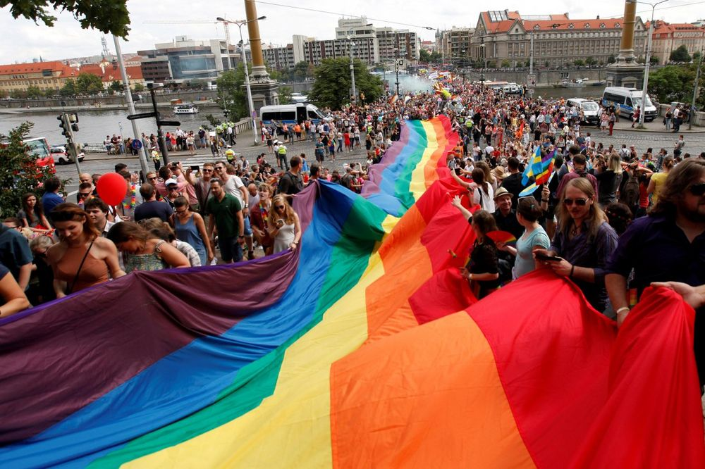 HTELI DA OČISTE ULICE: Sveštenici isterivali đavola posle gej parade u Pragu