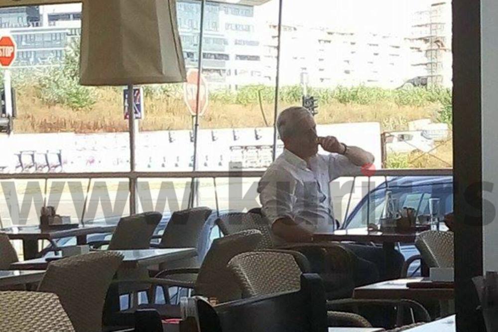 KURIR PAPARACO: Bivši predsednik Srbije u popodnevnom odmoru! Ostavi nos na miru!