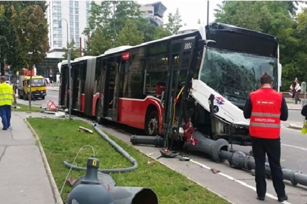 (FOTO) HOROR U BEČU: Vozač gradskog autobusa kolabirao dok je vozio!