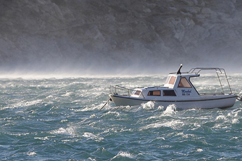(FOTO) JAKO NEVREME NA JADRANU: Olujni vetar lomio drveće,  bacao jedrilice po moru!