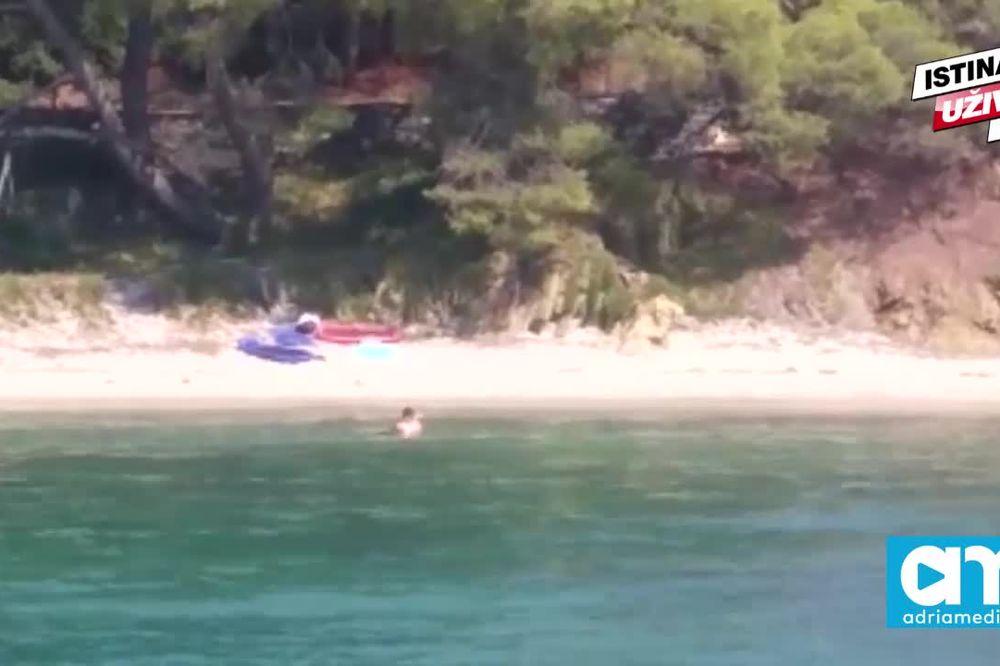 (KURIR TV) NIJE ŽVAKA ZA SELJAKA: Devojke se ljubile na plaži, a svi blenuli