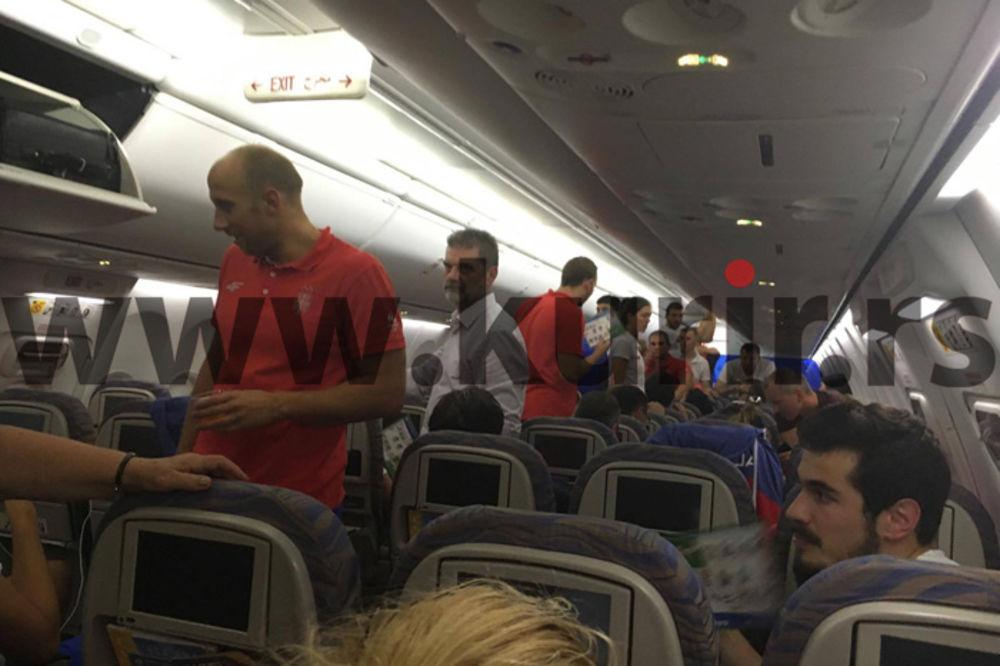 (FOTO) EKSKLUZIVNO IZ DUBAIJA: Avion sa srpskim olimpijcima konačno poleteo, stižu oko 15 sati!