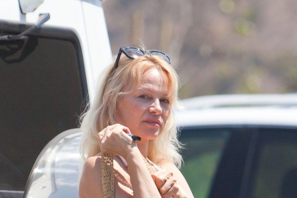(FOTO) ŠTA JE URADILA OD SEBE: Pamelu Anderson niko ne prepoznaje bez šminke