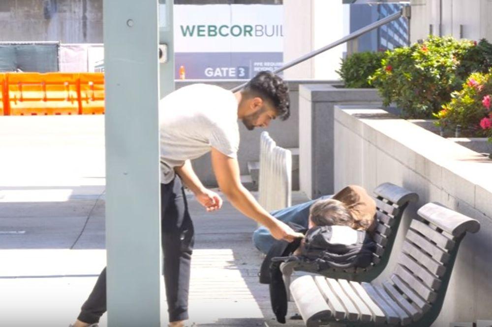 (VIDEO) Prišao je beskućniku i ostavio mu novac. Trenutak kasnije događa se nešto neizrecivo!