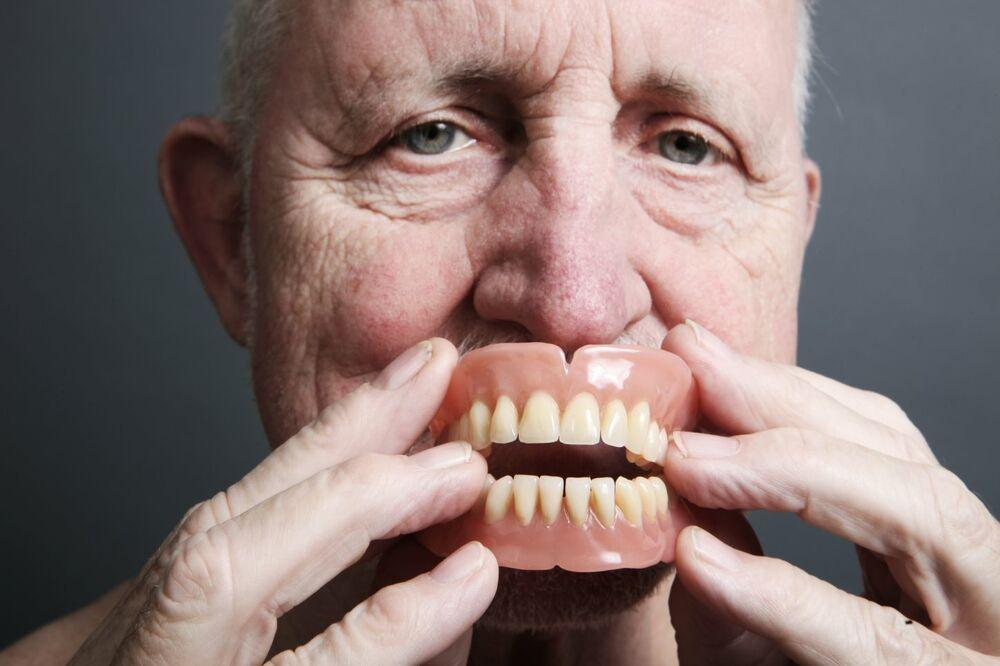 BIZARNO: Dekica (86) završio u bolnici pošto su mu veštački zubi bili zaglavljeni u grlu šest dana