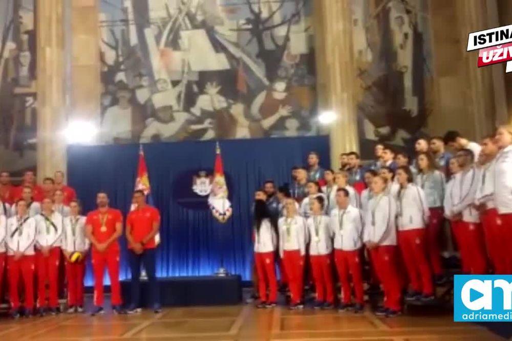 (VIDEO) ŠAMPIONI PODIGLI CELU SRBIJU NA NOGE: Srpski olimpijci pevali Bože pravde!