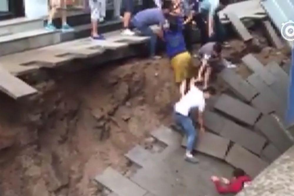 (VIDEO) OTVORILA SE JOŠ JEDNA RUPA U KINI: Vatrogasci spasavali prolaznike, dvoje povređeno