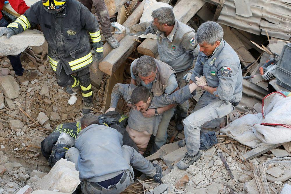 (UŽIVO) ZEMLJOTRES OD 6,2 RIHTERA POGODIO ITALIJU: 21 mrtav, vojska spasava preživele iz ruševina!