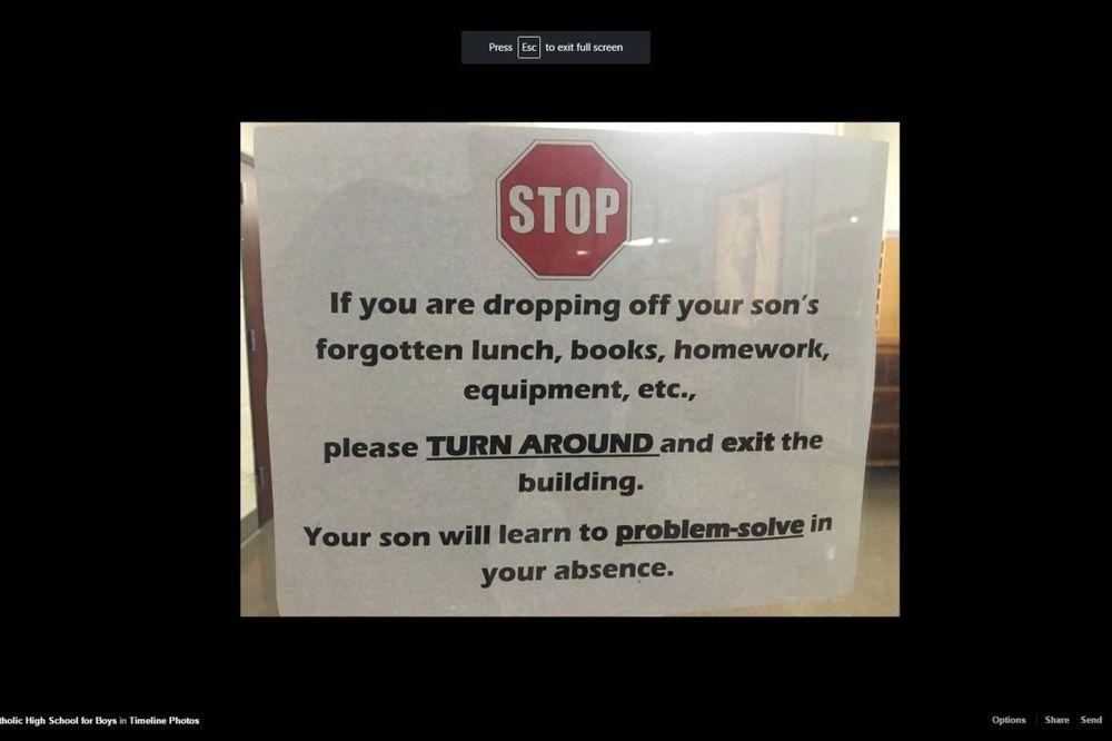 (FOTO) RODITELJI NAPOLJE! Pogledajte kakva je poruka osvanula na vratima jedne škole