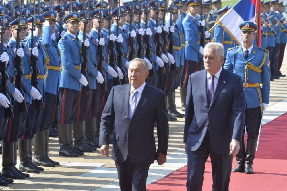 UŽIVO POČASNI PLOTUNI ZA NAZARBAJEVA Poklonio se srpskoj zastavi, dočekan uz himnu i gardu