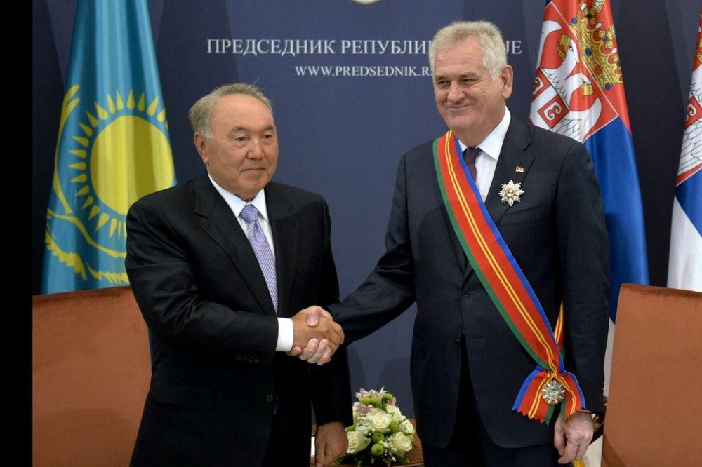 (FOTO I VIDEO) NAZARBAJEV OKITIO NIKOLIĆA: Predsedniku Srbije Orden prijateljstva prvog stepena