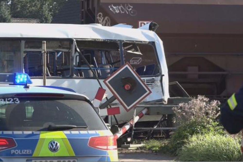 UŽAS U NEMAČKOJ: Voz udario u gradski autobus dok je iskrcavao putnike!