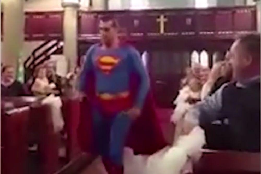 (VIDEO) SUPERHEROJSKO VENČANJE: Supermen prekinuo venčanje zato što je kum...