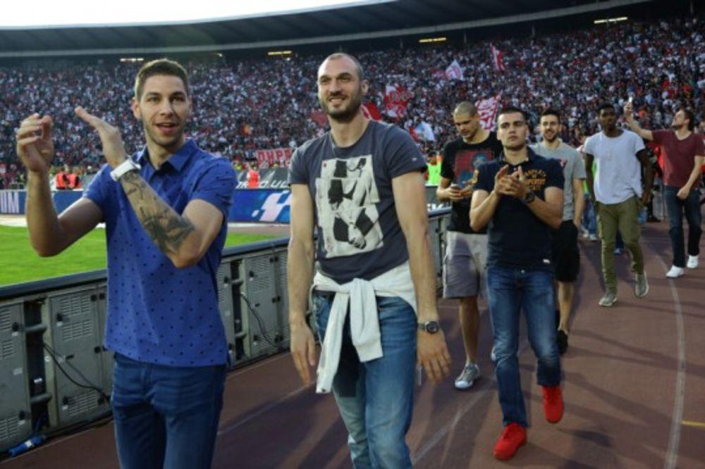 PODRŠKA CRVENO-BELE PORODICE: Košarkaši bodre fudbalere Zvezde protiv Sasuola