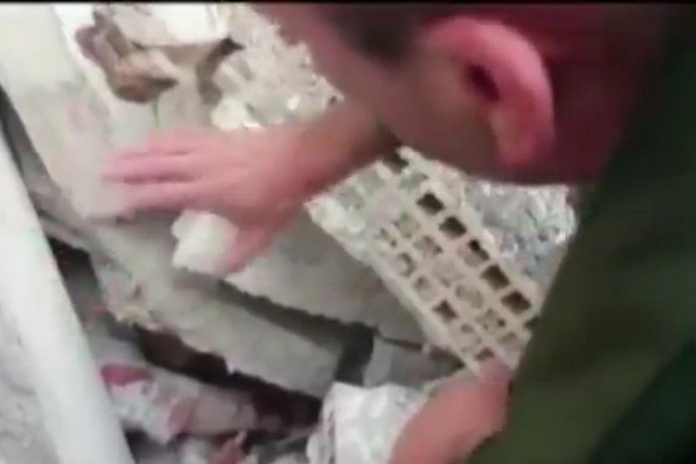 POTRESAN SNIMAK: Spasilac umiruje staricu zarobljenu pod ruševinama posle razornog zemljotresa