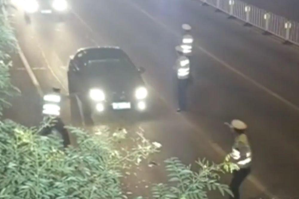(VIDEO) ON BAŠ NE VOLI POLICIJU: Nije imao dozvolu, pa je pregazio saobraćajca