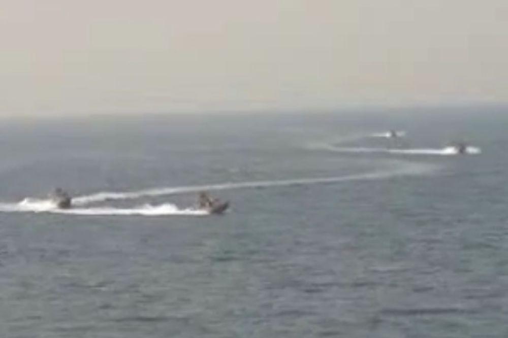 (VIDEO) PODIGLI IM PRITISAK: 4 iranska vojna broda opasno prišla američkom razaraču