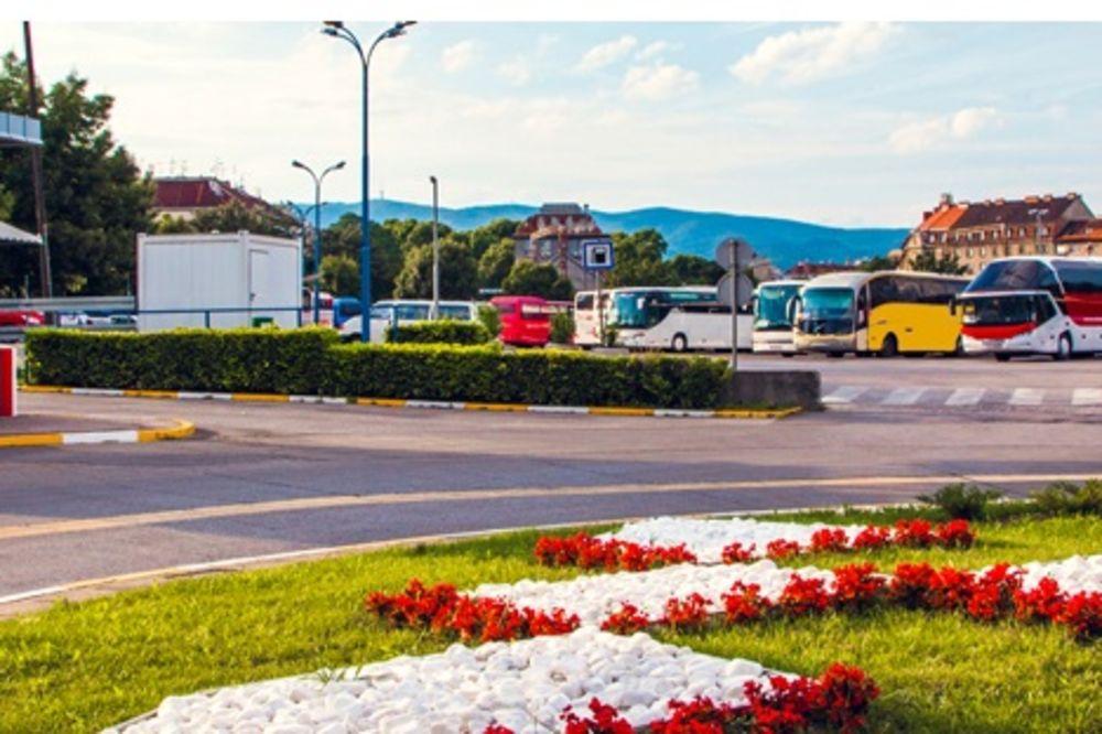 (FOTO) HRVATI BEŽE IZ LIJEPE NJIHOVE: Autobusi za Nemačku krcati, odlaze jer je u Hrvatskoj sra.e!