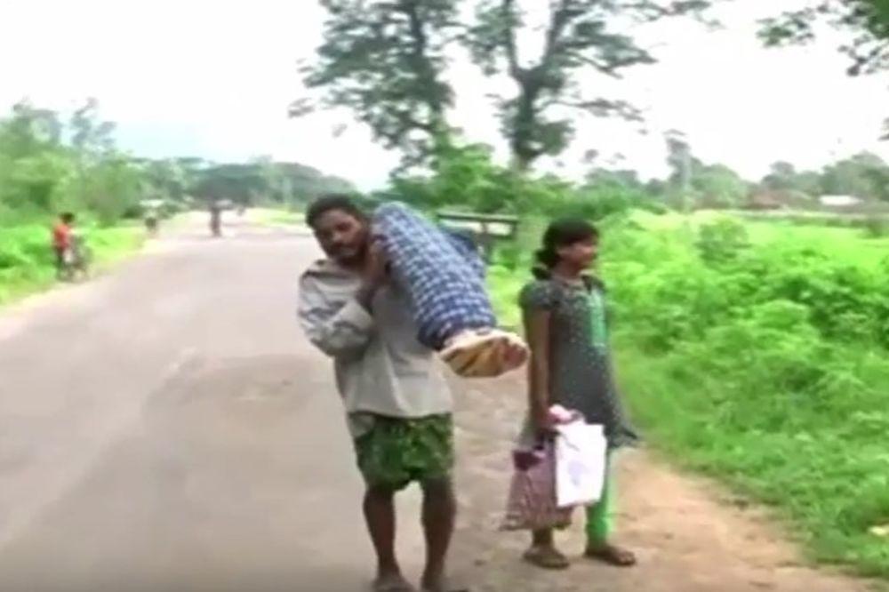 (VIDEO) ZBOG BESRAMNOSTI LEKARA: Ovaj čovek je morao 12 km da nosi leš svoje žene