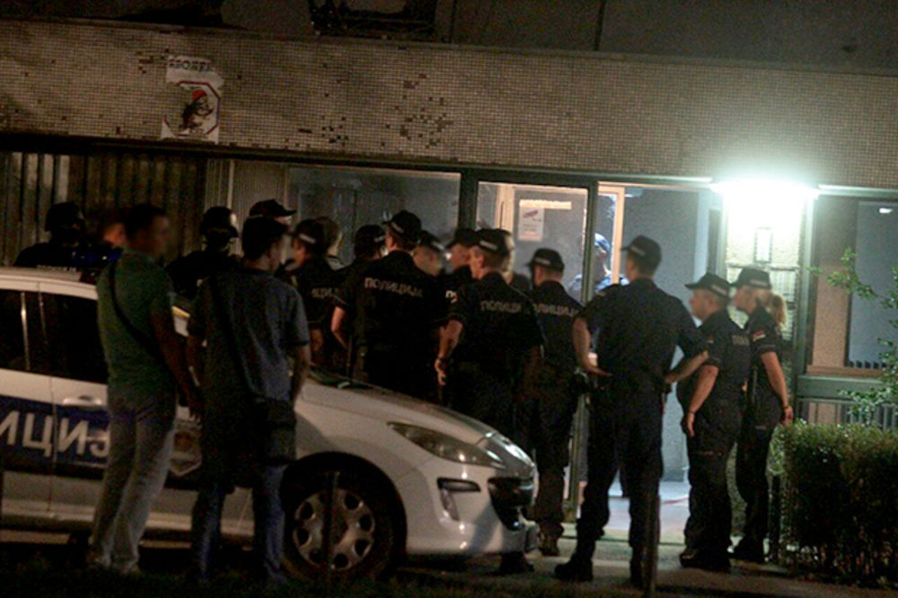 U TOKU POTERA NA NOVOM BEOGRADU: Izrešetao automobil pa se zabarikadirao u zgradu u Bloku 45