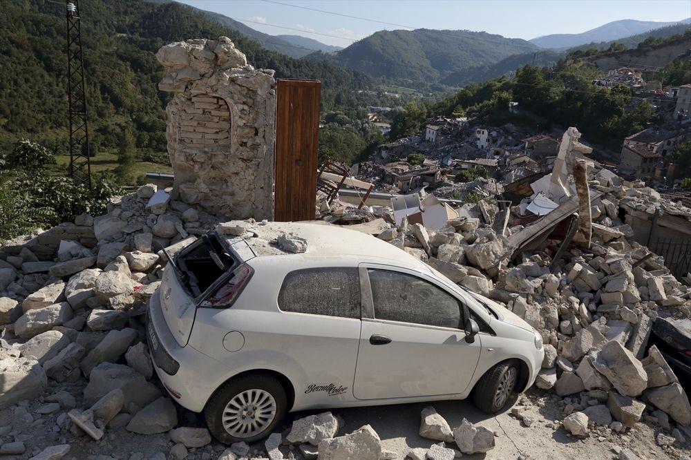 NASTAVLJA SE POTRAGA ZA PREŽIVELIMA U ITALIJI: Spasioci i golim rukama kopaju po ruševinama