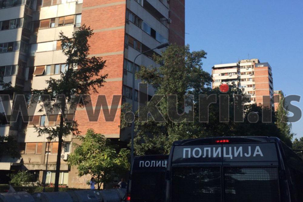 FILMSKA POTERA ZA NAORUŽANIM MUŠKARCEM: Jake policijske snage i dalje u Bloku 45, soliter opkoljen!