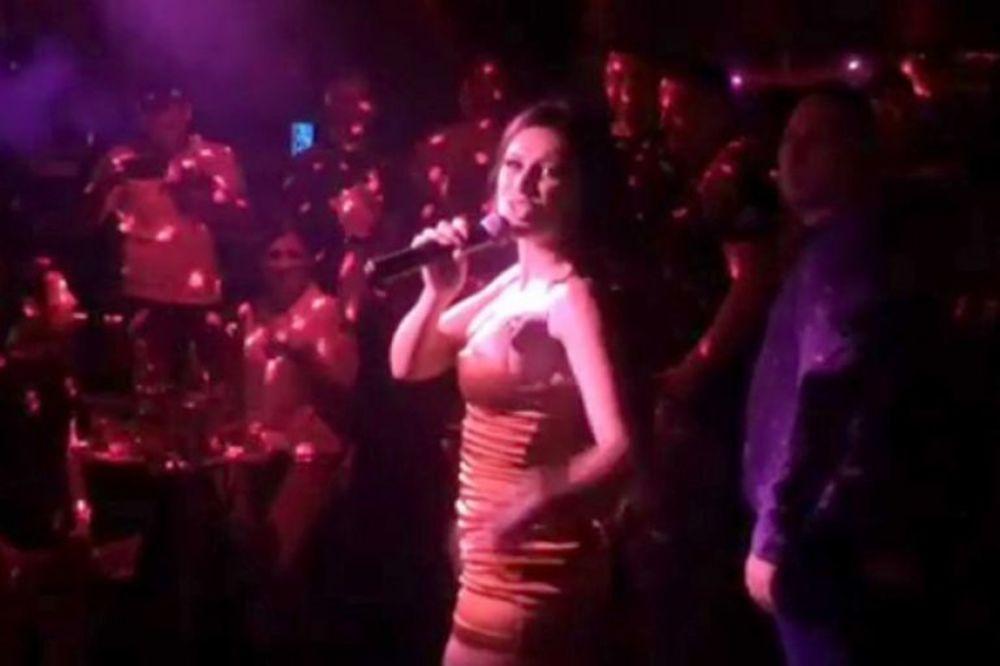 (VIDEO) DOK ONA PEVA, SVI STOJE I GLEDAJU JE: Snimak sa Stanijinog prvog nastupa