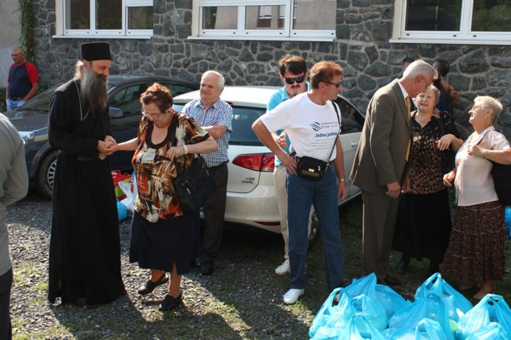 HRVATSKA: Mitropolit Porfirije podelio humanitarnu pomoć Srbima u Sisku i Glini!