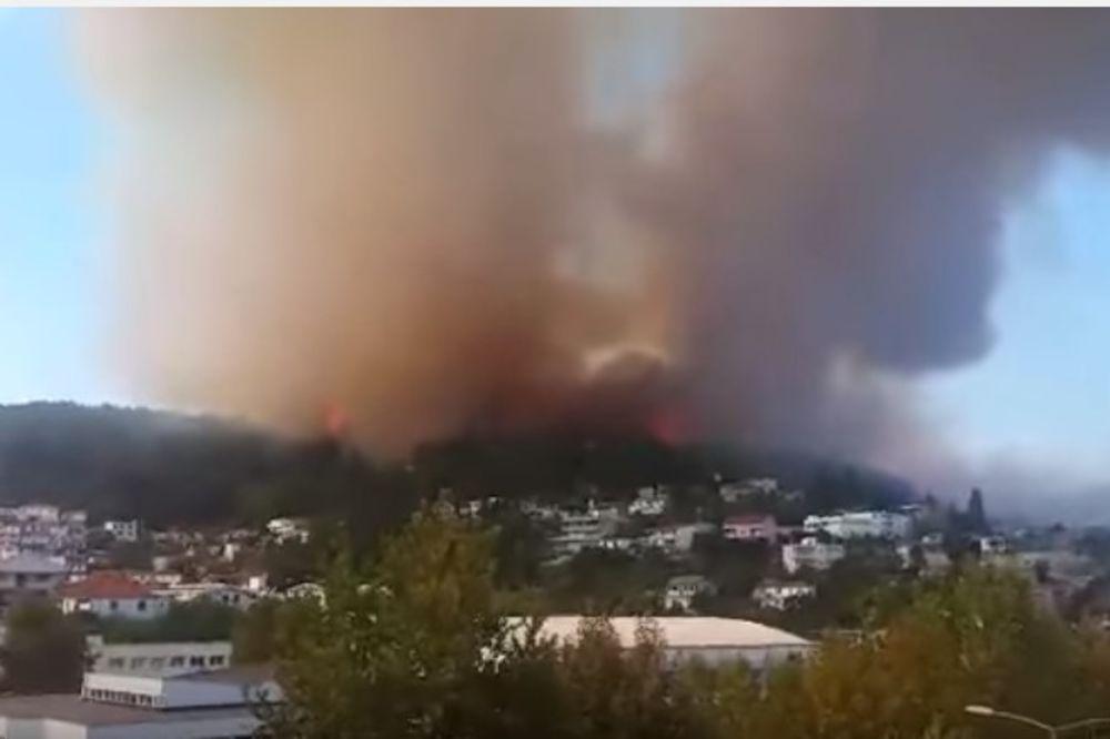 (VIDEO) POŽAR U ULCINJU POD KONTROLOM: Vatra progutala dve barake, porodice evakuisane