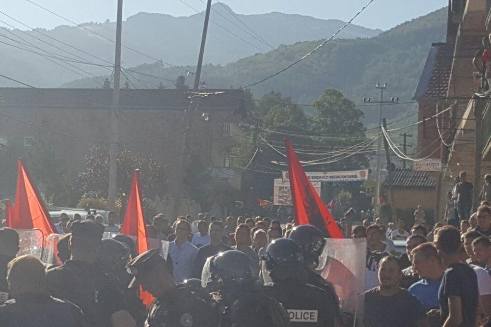 UŽIVO ALBANCI NE DAJU SRBIMA U SUVU REKU Pogledajte, policija ih rasteruje SUZAVCEM I PALICAMA!