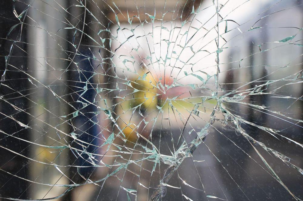 INCIDENT U TUZLI: Navijači Sarajeva polupali autobus sa fudbalerima i stručnim štabom