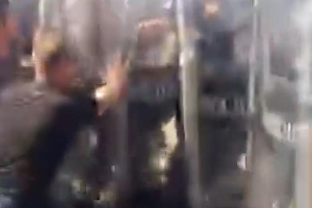 VIDEO EKSTREMISTI HTELI SPREČITI PROLAZ SRBIMA: Ovako se policija sukobila sa Albancima u Mušutištu