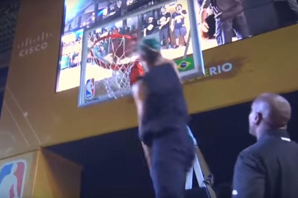 KAD NBA ZVEZDE OSTANU U ČUDU: Momak je izašao iz publike pa zakucavanjem zadivio Pejtona i Rajsa