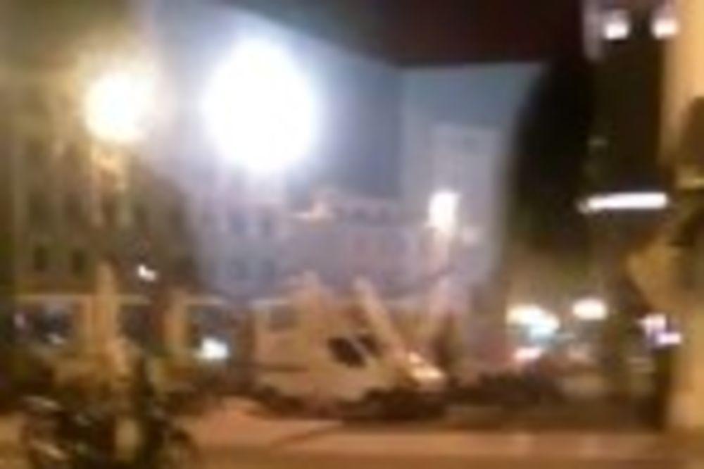 VIDEO SRBIN DIVLJAO U CENTRU TRSTA: Konobar odbio da ga usluži, a on kombijem uleteo u baštu kafića