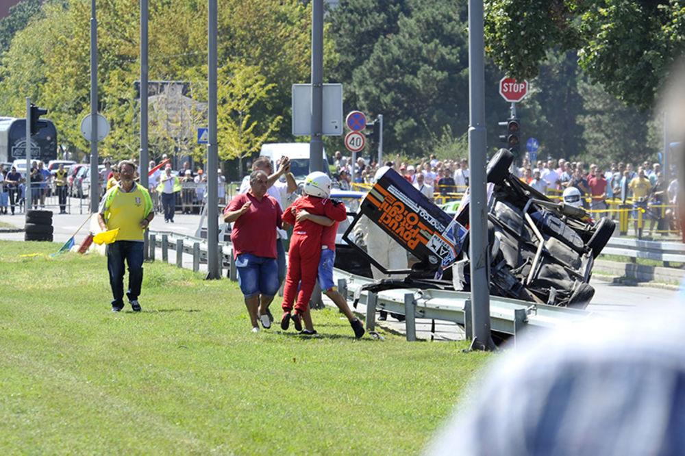 (FOTO) HAOS NA UŠĆU: Učesnik auto trke se prevrnuo na krov
