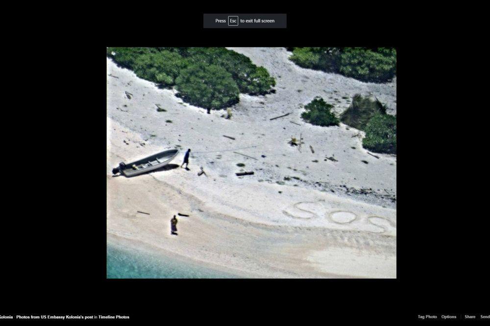 (FOTO) MODERNI ROBINZONI: Spasili ih sa pustog ostrva pošto su ispisali veliki znak SOS