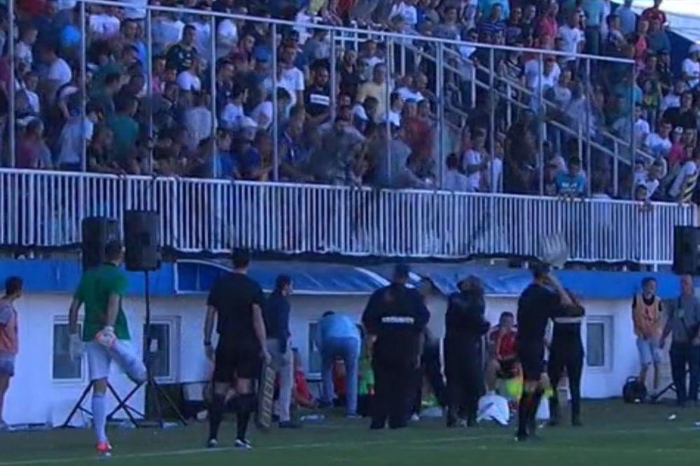(VIDEO) HAOS U NOVOM PAZARU: Domaći navijači napali igrače Crvene zvezde