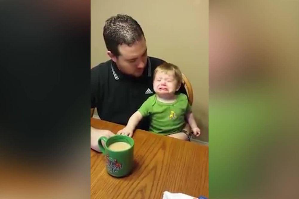 (VIDEO) TATA BAŠ SI KVARAN! Pravio zazubice bebi... ali kafom!