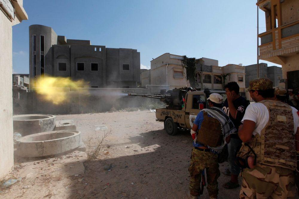 (VIDEO) SVE TREŠTI OD PALJBE: Žestoke ulične borbe sa džihadistima za Sirt, 34 vojnika poginula