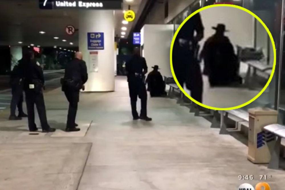 (VIDEO) AERODROM U LOS ANĐELESU OPET OTVOREN: Čovek obučen kao Zoro digao paniku, pucnjave nije bilo